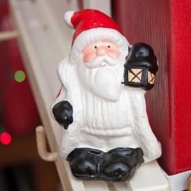 Сувенир Дед Мороз в красном кафтане с фонариком в руке, керамика